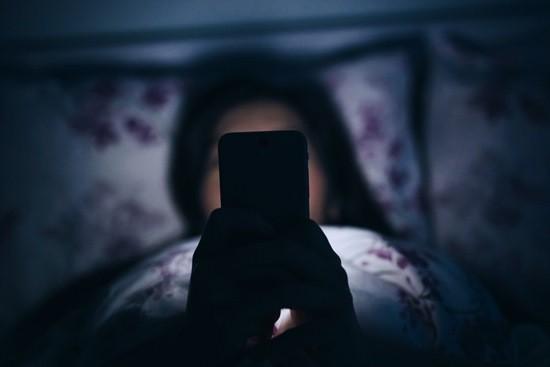девушка телефон страх смс ночь