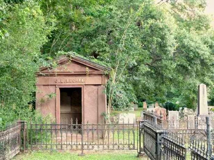 где похоронена Джулия Легар