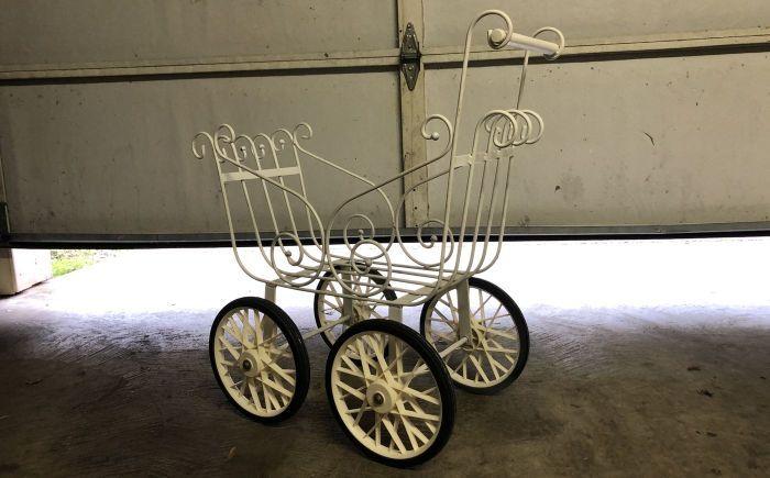 детская коляска с призраком